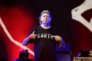 hyde-park-london-neil-young-earth-shirt-2014